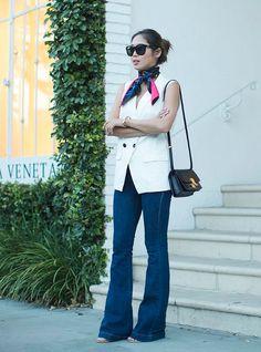 Um lenço enrolado ou só jogado no pescoço é um must-have das fashion girls, principalmente em viagens quando a mudança de temperatura pode ser rápida.  flare-jeans-vest-scarf-street-style-cool