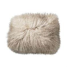 Het leuke Tibetaanse lamshuid kussen van Bloomingville zal een grote favoriet in uw bank worden! Het kussen is zacht en comfortabel, gemaakt van echt lamshuid. Een lamshuid is een makkelijke manier om een warm thuis- en harmonieus gevoel te geven aan uw kamer. Dit kussen heeft een natuurlijke kleur dat gemakkelijk te combineren is met andere kussens en dekens!