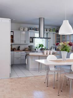 Tilavan avokeittiön saareke rajaa keittiön omaksi tilakseen ja toimii myös tarjoilutasona. Keittiön lattiassa on klinkkerilaatat. Yläkerran muut lattiat ovat mosaiikkiparkettia.
