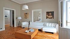 Prosklený průhled do ložnice v místě, kde dříve byly dveře, je jedním ze zajímavých prvků v bytě.