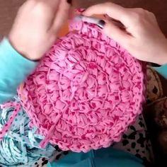 Ponto Puff na base circular... amei o fio poás  . . By @lastrapcrochet #crochet #videoaula #fiodemalha