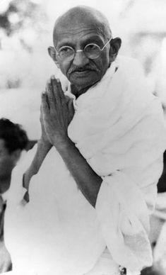 Mahatma Gandhi's Birth Anniversary: 100 Rare Photos You Must See Frases Mahatma Gandhi, Mahatma Gandhi Photos, Gandhi Quotes, Quotes Quotes, Rare Pictures, Rare Photos, Vintage Photos, Indian Pictures, Osho