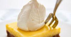 Bron foto: website Herman den Blijker      Ingrediënten citroentopping:  - 4 citroenen (sap en wat rasp)  - 180gr witte basterd suiker  -... Lemon Desserts, No Bake Desserts, Dessert Recipes, Dutch Recipes, Sweet Recipes, Sweets Cake, Lemon Cheesecake, Pie Dessert, No Bake Cake