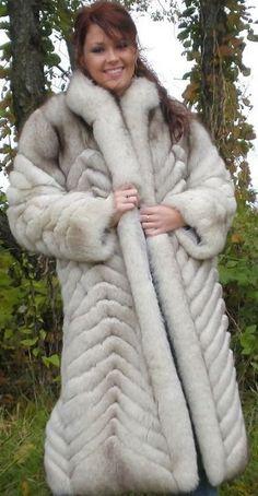 White Fox, Blue And White, Fabulous Fox, Fox Fur Coat, Fur Fashion, Style Guides, Mantel, Sexy Women, Beautiful Women