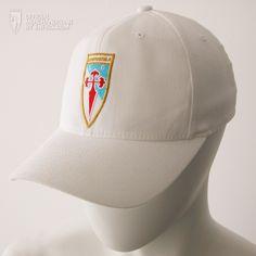 Gorra blanca prenda cómoda y atractiva para los seguidores del SD Compos. Es 100% algodón con tacto de terciopelo, visera pre-curvada.    En la parte frontal lleva el bordado el escudo del SD Compos en sus colores respectivos en la parte de atras 1962-2012 en dorado.