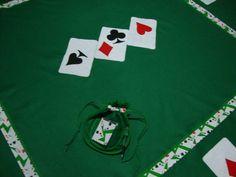 Toalha para jogo de cartas (baralho) confeccionada em feltro, tecido padrão das mesas verdes, com plicações bordadas com o nipes do baralho e decorada com detalhes em um estampadinho também com as cartas como tema.  Medida da toalha : 2,10 m de diâmetro.  Para outras medidas e formas, solicitar um orçamento.  Acompanha um porta baralho  com cadernetinha de anotações e caneta.