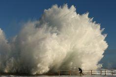 IlPost - Sydney, Australia - Un uomo si tiene alla ringhiera lungo la spiaggia di Curl Curl, durante una giornata di vento e mare molto mosso, il 29 gennaio 2013, poche ore dopo il passaggio del ciclone Oswald. (Cameron Spencer/Getty Images)