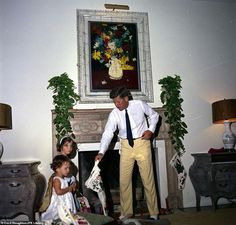 Surrounded by his family, President John F. Kennedy spent his last Christmas in 1962 in Palm Beach, Florida. The young president was assassinated the next year on November Caroline Kennedy, Robert Kennedy, I Love Being Alone, Florida Mansion, Pictures Of America, Last Christmas, Christmas Photos, Xmas, Palm Beach Fl