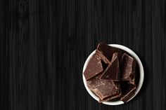 When the cravings for sugar, salt or crunch hit before bed, reach for these nine healthy late night snacks that won't add too many calories or fat to your day. Healthy Late Night Snacks, Healthy Bedtime Snacks, Healthy Nights, Healthy Protein Snacks, Healthy Eating, Healthy Food, Healthy Meals, Clean Eating, Healthy Breakfasts