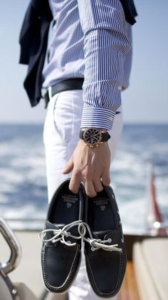 Boat shoes at the beach. Style Français, Looks Style, Style Blog, Gentleman Mode, Gentleman Style, Preppy Mens Fashion, Nautical Fashion, Nautical Style, Man Fashion