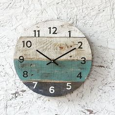 Pallet Wood Clock, Round Reclaimed Wood Clock Beach House style ReCycled wood distressed Coastal Decor Customize Variable Sizes Available Recycled Pallets, Recycled Wood, Wood Pallets, Pallet Wood, Diy Pallet, Pallet Clock, Palette Diy, Palette Wall, Wall Clock Design
