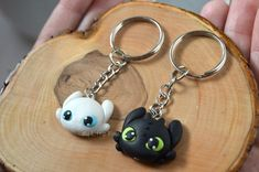 How to train your dragon - Toothless Keychain - Night Fury Keychain - Light Fury Keychain – Night Fu Polymer Clay Disney, Cute Polymer Clay, Polymer Clay Animals, Polymer Clay Miniatures, Polymer Clay Projects, Polymer Clay Charms, Diy Clay, Clay Crafts, Clay Earrings