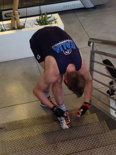 Zaytsev in allenamento atletico. Si allaccia le scarpe sui gradini della Sway!