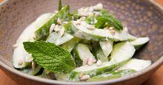 Une salade des plus fraîches et toute en simplicité pour servir en entrée à vos invités. Cette recette est présentée dans l'émission Survivre en semaine. Spinach, Vegetables, Food, Sunflower Seeds, Salads, English Cucumber, Vegetable Recipes, Eten, Veggie Food