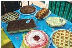 tiramisù classico ed uno alle fragole, una torta di noci ed una alle pesche, cheese cake al pan di spagna decorato con lamponi