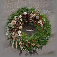 """Dušičky+III+Dušičkový+věnec+je+na+slaměném+korpusu,+začištěném+igelitovou+páskou+a+má+průměr+cca+48+cm.+Je+uvázán+z+jedličky,+ozdoben+šiškami,+staticí+a+anafálkou.+Zasílám+jako+""""balík+do+ruky"""". Funeral Flower Arrangements, Funeral Flowers, Floral Arrangements, Christmas Flowers, Christmas Wreaths, Christmas Decorations, Flower Drawing Images, Grave Decorations, Autumn Wreaths"""