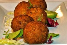 Cayman conch fritters Raw Food Recipes, Seafood Recipes, Conch Fritters, Popular Appetizers, Caribbean Recipes, Caribbean Food, Beef Steak, Artisan Bread, Daily Meals