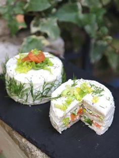 Sandwich cakes indivuels au saumon fumé et aux herbes - Recette de cuisine Marmiton : une recette Tee Sandwiches, Vegan Teas, Salad Cake, Sandwich Cake, Best Appetizers, Snacks, Antipasto, Savoury Cake, Creative Food