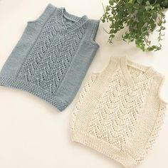 Fin i vest til jul  hva tenker dere? Jeg har en favoritt, har du  #strikking #knitting_inspiration #knittingaddict #knitting #becharmedavjmhk #becharmed_strikk #mydesign#egetdesign#hjerterankevest #enkelrankevest #kommer