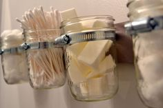 Des boites en verres recyclées pour des rangements astucieux dans la salle de bain
