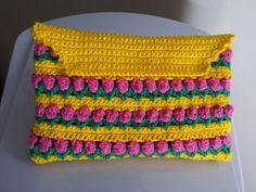 Bolsinha em Crochet colorido amarelo, verde e flores rosa.