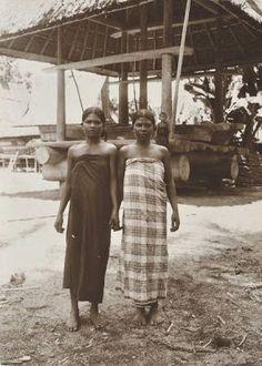 Indonesia, Sumatra ~ Portret van twee Batak meisjes, Karolanden, Sumatra`s Oostkust Date 1920-1925 Source Tropenmuseum