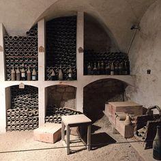 Ô Mon Château !   Les cuisines d'Antonin Carême au château de Valençay.   Aujourd'hui, les cuisines constituent deux salles ouvertes à la visite. Nous pouvons également contempler une très belle cave à vin. Mais l'inventaire de 1815 mentionne : une cuisine, un lavoir, un garde manger, deux pâtisseries, une salle de bain, un office avec lavoir attenant et une salle à manger pour les domestiques.- la cave
