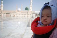 Beberapa keluarga memutuskan untuk mengajak anaknya yang masih balita pergi umroh karena tidak tega meninggalkan anaknya di tanah air sendiri, terutama yang masih menyusu ASI