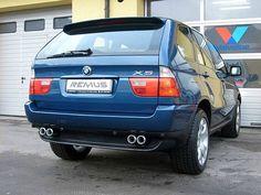 REALIZACJA: BMW X5  Przedstawiamy kolejny projekt spod znaku Wilka. Tym razem mamy dla Was pierwszą generację kontrowersyjnego SUVa BMW. Właściciel niebieskiego X5 zdecydował się na poczwórne końcówki układu wydechowego, idealne dopasowanie do dokładki tylnego zderzaka. Całość wygląda niezwykle spójnie, a jednocześnie tył BMW został sporo sportowego charakteru!  Remus Polska http://www.remus-polska.pl/