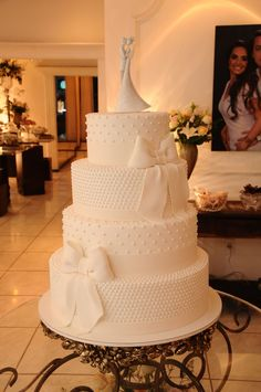 Bolo de casamento de 4 andares com laços e bolinhas / Wedding Cake 4 layers with ribbon and polka dots White Wedding Cakes, Elegant Wedding Cakes, Beautiful Wedding Cakes, Gorgeous Cakes, Wedding Cake Designs, Pretty Cakes, Cute Cakes, Amazing Cakes, Wedding White