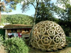 Designed by Gianluca Stasi of the philosophical architecture firm Ctrl + Z, this playfully artistic dome serves as more than just a backyard focal point. Dome Greenhouse, Greenhouse Plans, Geodesic Sphere, Dome House, Round House, Wooden Diy, Diy Wood, Sustainable Design, Wood Pallets