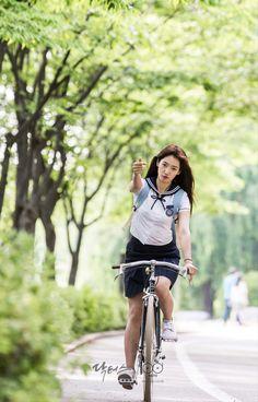 닥터스 포토스케치 호수 공원 길에서 자전거를 타며 하트를 날리는 박신혜