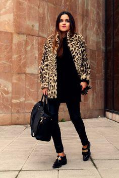 Street style: total black look + leopard fur coat + moccasins