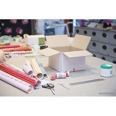 Pacchi regalo personalizzati - Cosa ti serve: una scatola di cartone di medie dimensioni; righello; matita; taglierino; scotch; forbici; colla stick; washi tape; carte colorate; cartoncini colorati; perforatore. Chiudi bene il fondo della scatola, per evitare che si apra accidentalmente, con dello scotch resistente