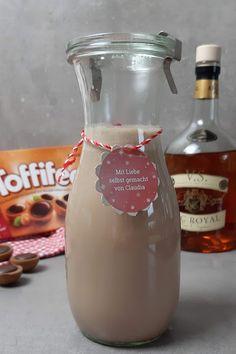 Toffifee Likör selber machen mit wenigen Zutaten Ketchup, Wine, Bottle, Food, Nutella Recipes, Plastic Bottles, Glass Bottles, Kinder Chocolate, Eten