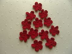 Fleurs au crochet en coton rouge par 12, appliques. : Ecussons, appliques par aux-fils-du-bocage