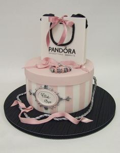 How gorgeous and girly is this Pandora cake? How gorgeous and girly is this Pandora cake? Bolo Gucci, Bolo Chanel, Chanel Cake, Funny Birthday Cakes, 13 Birthday Cake, Birthday Cakes For Women, Hat Box Cake, Bag Cake, Bolo Fashionista