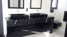 Baño en negro. : Baños de estilo moderno de marmoles la pedrera