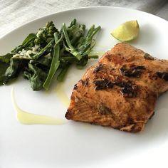 Primeira do dia!  Brócolis com queijo e salmão frito na manteiga. Regados com azeite de oliva e limão.  Tudo feito com amor e carinho = deu bom!   Peixe é super prático e rápido de fazer.  1-compre peixe fresco; 2-tempere 3-frite em menos de 10 minutos asse no forno em até 20 minutos (dependendo da grossura claro entre filé e posta muda bastante) e até no micro você pode fazer em menos de 10 minutos.  Viu como comer #ComidaDeVerdade pode ser tão rápido e prático do que um junkfood (lanches…