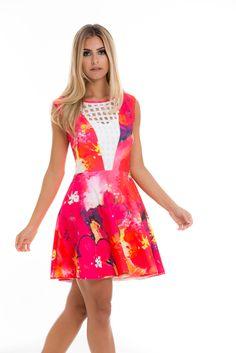Com estampa floral em rons de rosa, este vestido é uma obra de arte! As flores são como uma aquarela e os detalhes em renda complementam o toque de romantismo. Modelagem skater.