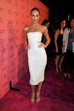 Gallery of photos showing Candice Swanepoel styles. Candice Swanepoel dress sense, clothes, accessories and hairstyles. Modelos Victoria Secret, Candice Swanepoel Style, Fashion Models, Fashion Tips, Fashion Trends, Fashion Bloggers, White Strapless Dress, African Models, The Dress