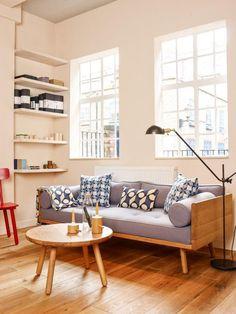 tissu scandinave, étagères murales, table ronde scandinave et coussins imprimés