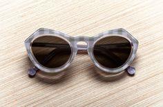 Prise de vue packshot publicitaire d'une paire de lunettes solaires Carven présentée sur un fond en bois. Sunglasses, Fashion, Photography, Moda, Fashion Styles, Sunnies, Shades, Fashion Illustrations, Eyeglasses