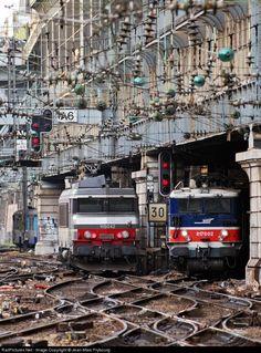 入り組んだ線路と電気機関車
