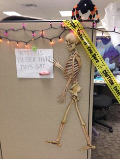 halloweenbirthday theme cubicle decorating - Halloween Office Decoration