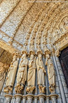 Parteluz o jambas de Chartres. La escultura gótica francesa se caracteriza por fusionarse íntimamente con la arquitectura, cumpliendo una función evangelizadora por encima de decorativa. la escultura contribuye a subrayar la división entre pisos, a aligerar la estética de los contrafuertes.