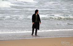 [PHOTO] 160915 Aidan Turner filming for season 3 of Poldark at Holywell Beach in…