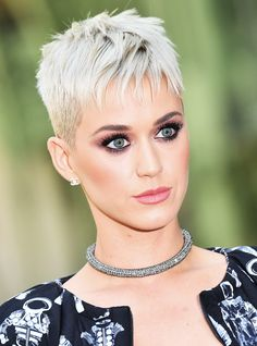 Best short haircuts in the coming year, will change a lot in women's hairstyles. Various short hairstyles will be in great demand again, such as buff. Super Short Hair, Short Grey Hair, Short Hair Cuts For Women, Short Hairstyles For Women, Very Short Pixie Cuts, Funky Short Hair, Best Pixie Cuts, Long Pixie, Short Blonde