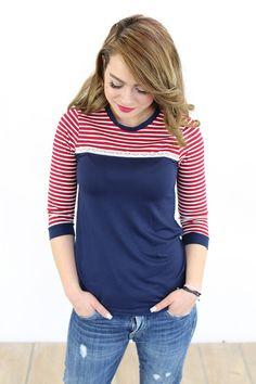 Elegantes Shirt aus dunkelblauem Viskosejersey. Der liebliche Navy Style entsteht in Kombination mit dem dunkelrot-creme gestreiftem Viskosejersey. Den Übergang ziert ein schönes...