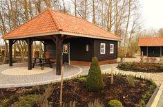 Mooi houten tuinhuis met veranda, bijvoorbeeld als bijgebouw op het erf van een monumentale boerderij of landhuis.